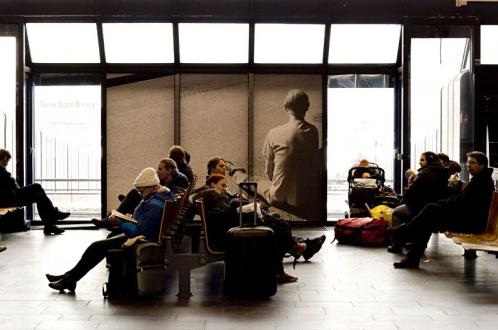 Tom Sandberg i stort format på Oslo S. (Foto: Rom for kunst)