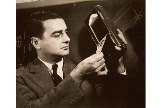 Edwin H. Land demonstrerer det første Polaroid-kameraet i 1947. Foto: Polaroid Corporation Collection