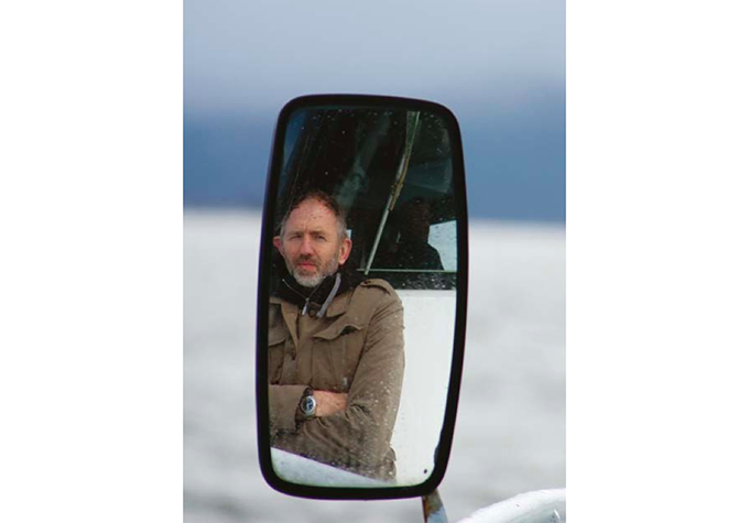 Anton Corbijn fotografert om bord på skyssbåten til Grip utenfor Kristiansund. (Foto: Grete Myhre)