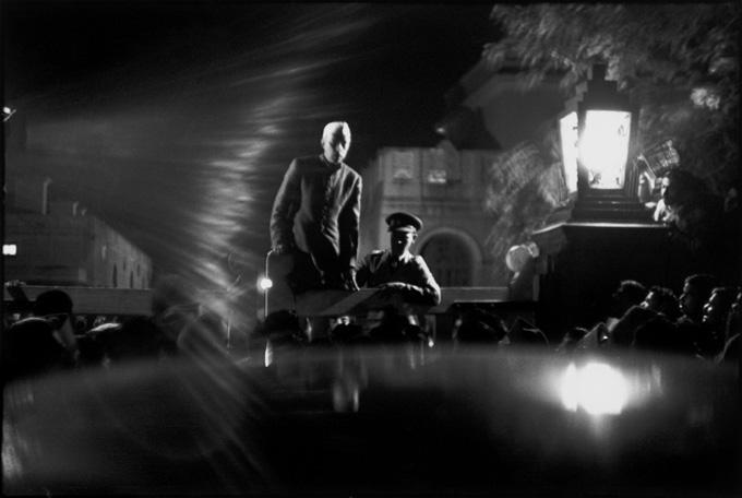Statsminister Jawaharlal Nehru kunngjør nyheten om drapet på Gandhi for en gråtende folkemengde. Birla House, New Delhi, India. 30. januar 1948. Foto: Henri Cartier-Bresson / Magnum Photos/All Over Press