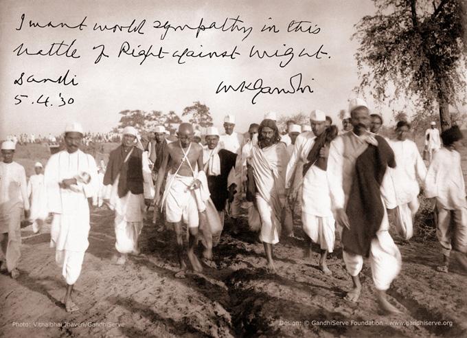 """«Jeg ønsker meg verdens sympati i kampen der rett står mot makt."""" M. K. Gandhi. Dandi, India. 5. april 1930.» Foto: GandhiServe"""