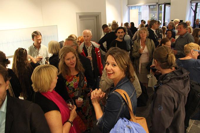 """I følge daglig leder var det besøksrekord i Fotografiens hus da utstillingen """"Fotografi mellom fiksjon og virkelighet"""" ble åpnet og boka med samme navn lansert. (Foto: Lars Aarønæs)"""