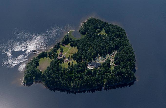 Mange har benyttet seg av Fotograf Lasse Turs bilde av Utøya 21. juli 2011. Bare de færreste hadde lov til å bruke bildet.