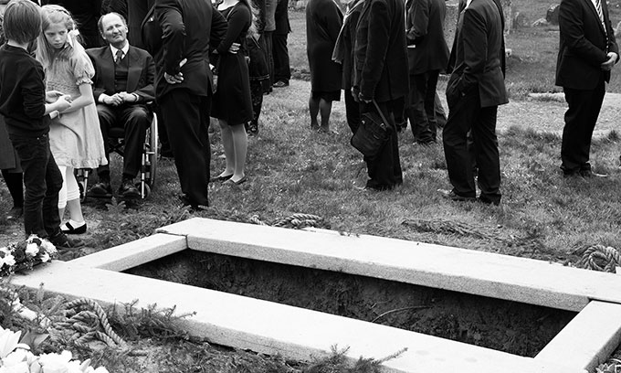 3. plass: Yngve Vogt Et fantastisk øyeblikk hvor jenta snur seg og ser ned i graven med et uttrykk som forteller meg at hun tenker med gru på selv en gang å skulle ende der. Flott komposisjon; jeg liker at alle hodene på de voksne er kuttet av (en blir mer opptatt av de forskjellige positurene) så nær som mannen i rullestol, som har et underlig opphøyet ansiktsuttrykk og skaper en kontrast til jentas uttrykk. Sant og si vet jeg ikke helt hvorfor ikke dette får førsteplassen..