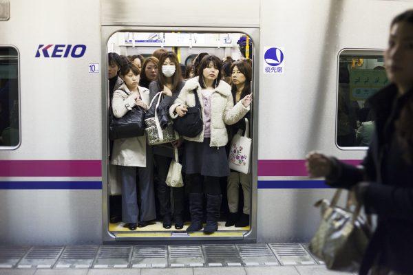 Seksuell trakassering i rushtrafikken har vært et stort problem, så egne kvinnevogner har blitt introdusert som en løsning på problemet i Tokyo og andre store byer. Foto: Anne-Stine Johnsbråten