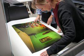 Hannah Narvhus fra Canon og Kristin Skåmedal fra Fotografi med en testprint fra produksjonen av årets utstilling