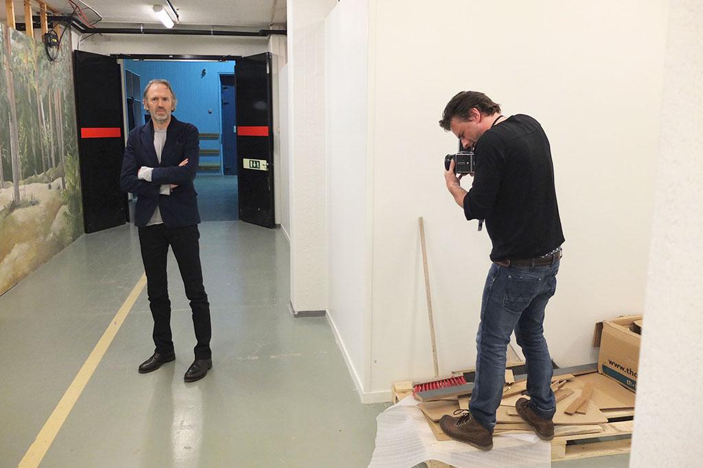 jørn jobber i ganger og garderober backstage i studioene i Stockholm og London, her med Anton Corbijn.