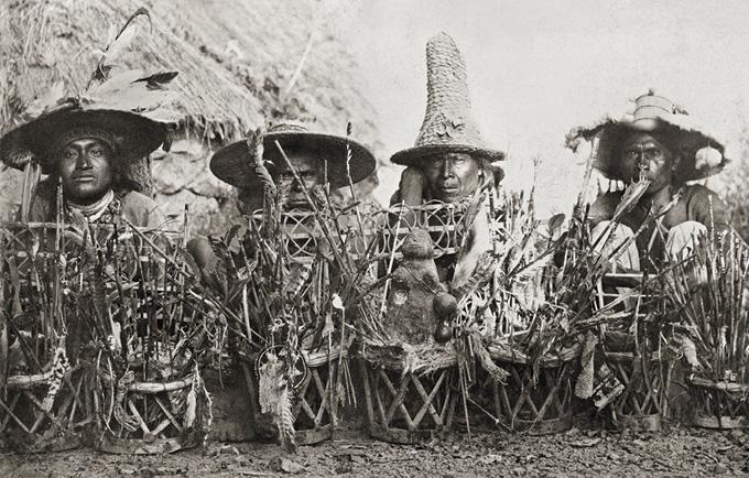 – Ta-te-Wa-Li, Ildguden, omgitt av seremonielle piler festet i seremonielle stoler, og noen av templets funksjonærer, skrev Lumholtz om dette fotografiet han tok av representanter for Huichol-folket (et indianerfolk) nær Santa Catarina i Jalisco, Mexico i 1895. Foto: KHM/UiO