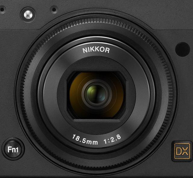Objektivet er en «28 mm» optimalisert for dette kameraet.