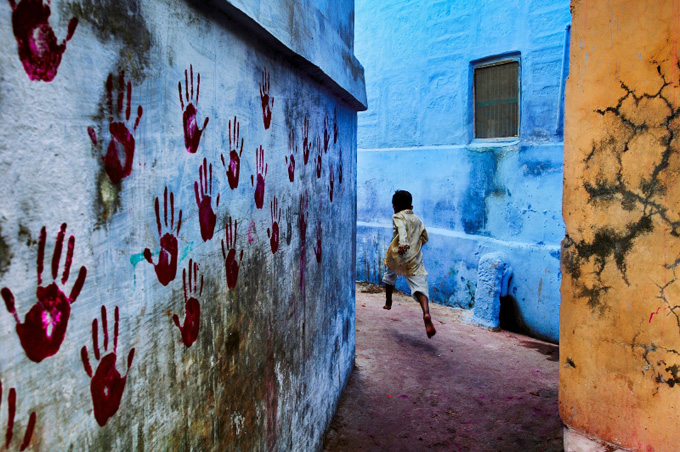 Steve McCurry:Boy in mid-flight, Jodhpur, India, 2007