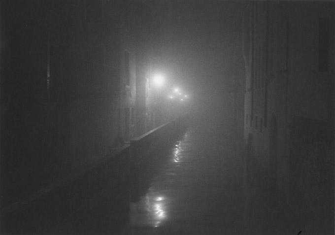 Natt i Venezia. Fotografert med Contax G2, 35 mm objektiv, på Ilford HP5 Plus film.