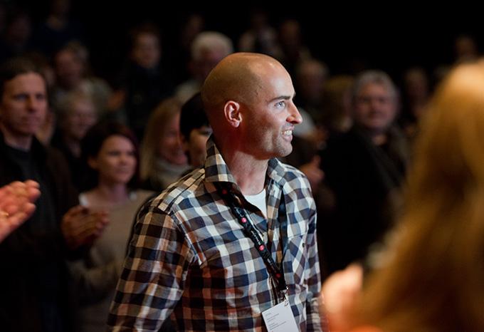 Stående applaus for Erik Almås da han mottok Fotografiprisen 2013 under Nordic Light – kanskje ikke minst fordi han på sparket donerte 25.000 kroner av prisen til den som vinner fotokonkurransen for beste unge fotograf. (Foto: Morten M. Løberg)