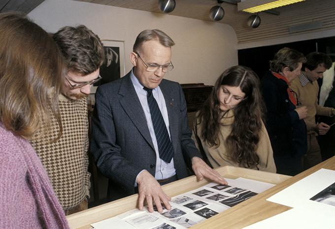 Leif Preus med unge fotografer i Forbundet Frie Fotografer den gang museet lå i Langgaten i Horten, ca. 1980. Med Arne Walderhaug og Herdis Maria Siegert. (Foto: Morten M. Løberg)