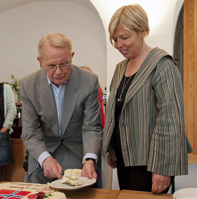 Leif Preus med nåværende direktør Ingrid Nilsson ved Preus museum. (Foto: Morten M. Løberg)