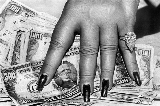 Helmut Newton, Fat Hand and Dollars, Monte Carlo, 1986 © Helmut Newton Estate