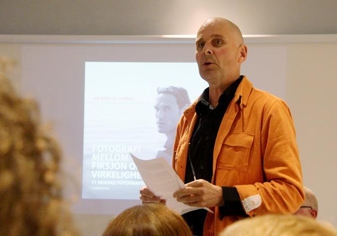 """Morten M. Løberg presenterer sin nye bok """"Fotografi mellom fiksjon og virkelighet"""" i Fotografiens hus i Oslo. (Foto: Lars Aarønæs)"""