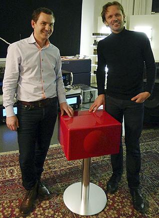 Her får vinner av Årets fotograf 2014, Tormod Raen (til høyre) sitt Geneva musikkanlegg fra Lars Christian Reinsborg fra Neby Hi-Fi Concept