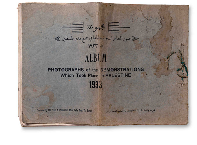 "Boken ""Photographs of the Demonstrations Which Took Place in Palestine 1933"". Fotograf ukjent"
