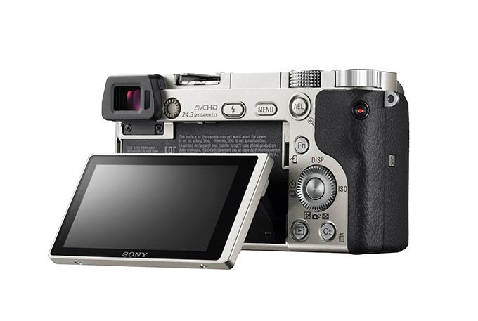 Sony Alpha A6000 leveres i sort eller silver farge,
