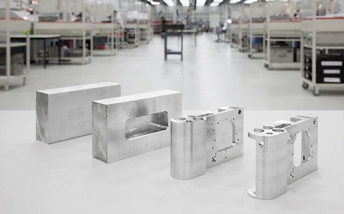 Selve kroppen i huset veier 94 g og er frest ut av et stykke aluminium på over 1 kg.