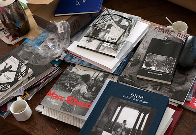 Stuebordet vitner om et langt liv som en av verdens fremste fotografer. Foto: Morten M. Løberg