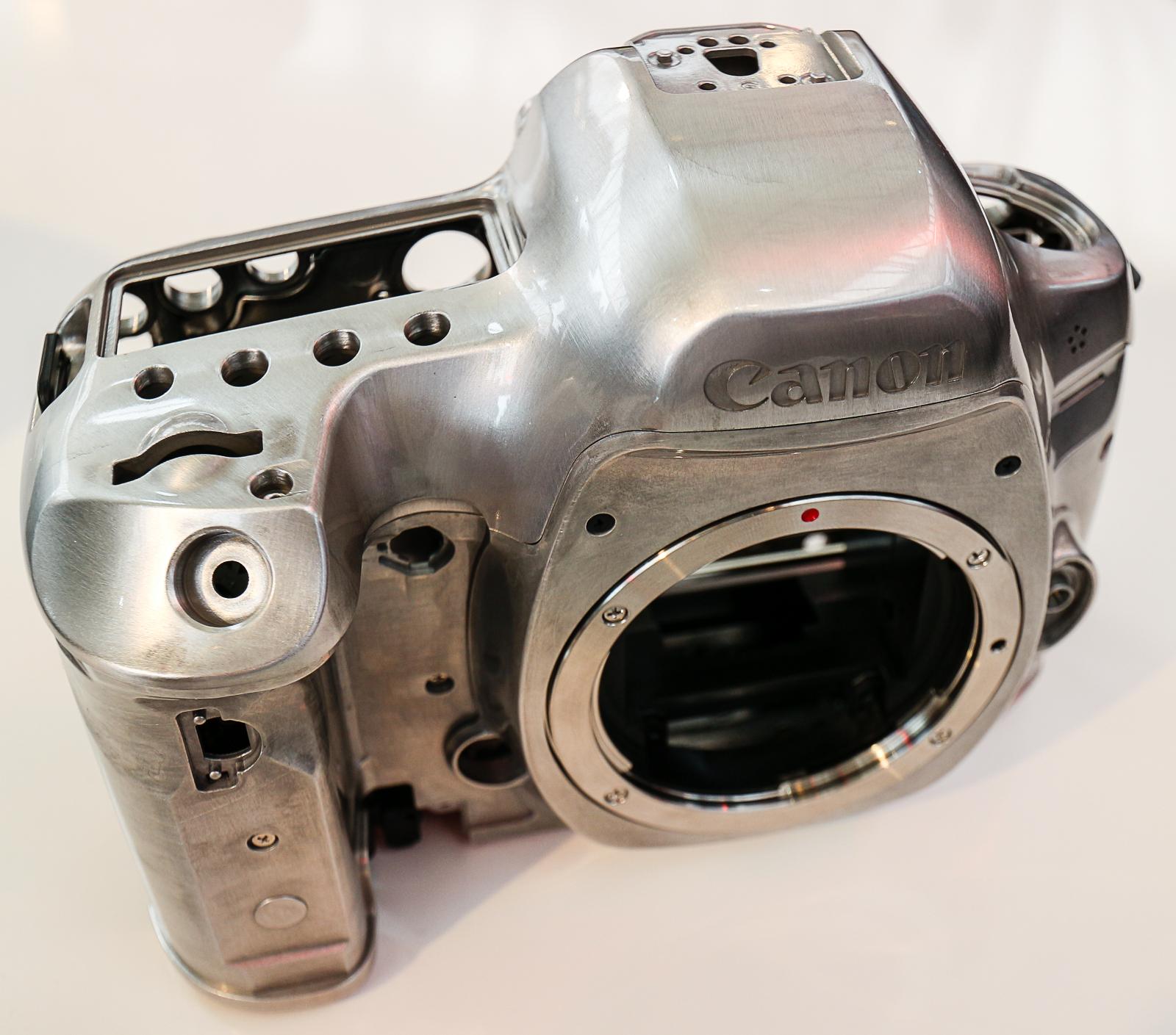 Kamerakroppen i magnesiumlegering er enda tettere sammenføyd enn tidligere EOS 5-modeller.
