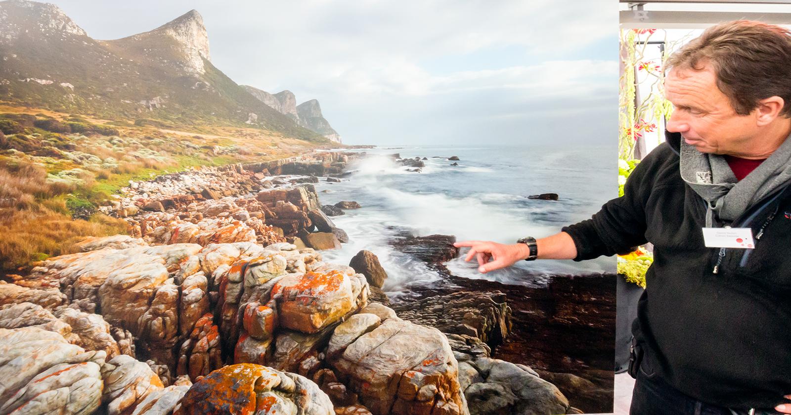 Landskapsfotografen David Noton foran sitt bilde tatt med Canon EOS 5DS.