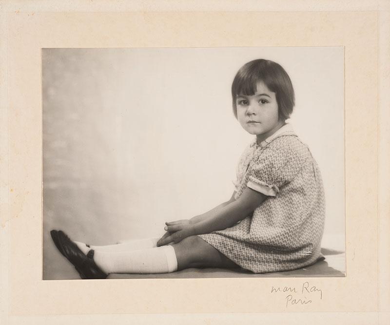 Portrett av liten jente. Man Ray / Preus Museum.