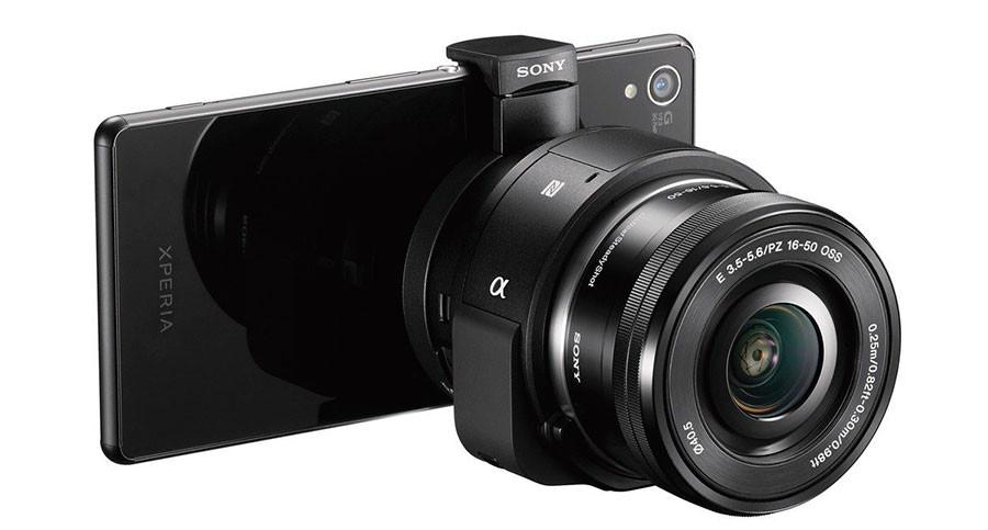 """Sony LensStyle QX-1 fester du til din smartmobil, og vips så har du et """"sosialt kamera"""" som tar alle Alpha-objektiver med E-fatning."""