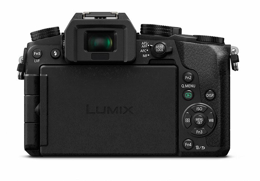 """Den 3"""" store skjermen er vridbar, og kameraet har en rekke programmerbare funksjonsknapper."""