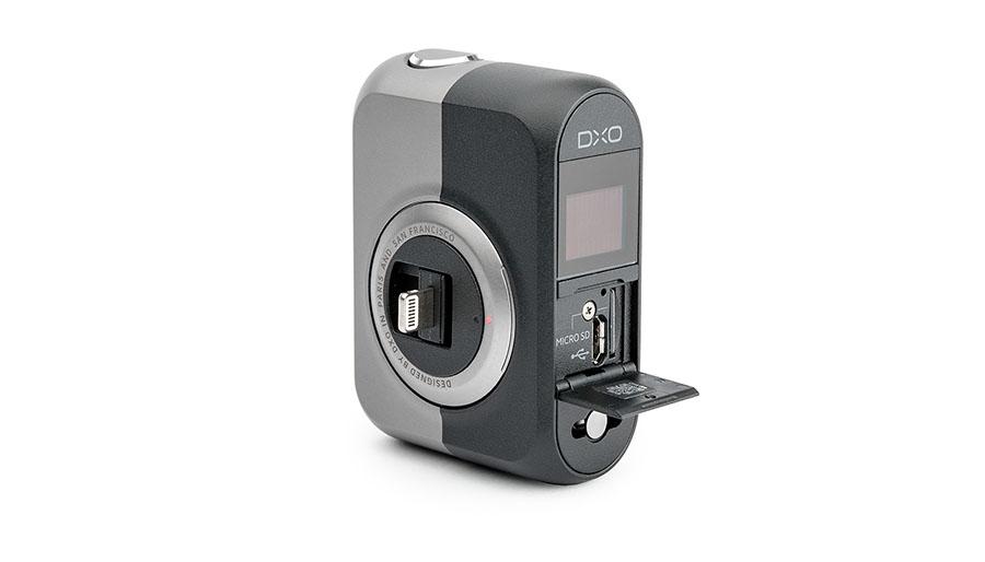 DxO One kobles til en iPhone med Lightning-kontakten, og lagrer bilder på en micro-SD-kort i tillegg til å overføre bilder til mobilen.