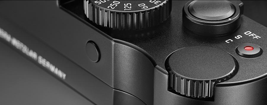 Tommelutsparingen på baksiden av kameraet gir bedre grep enn en glatt flate, men mange vil nok likevel skjøpe det ekstra håndgrepet.