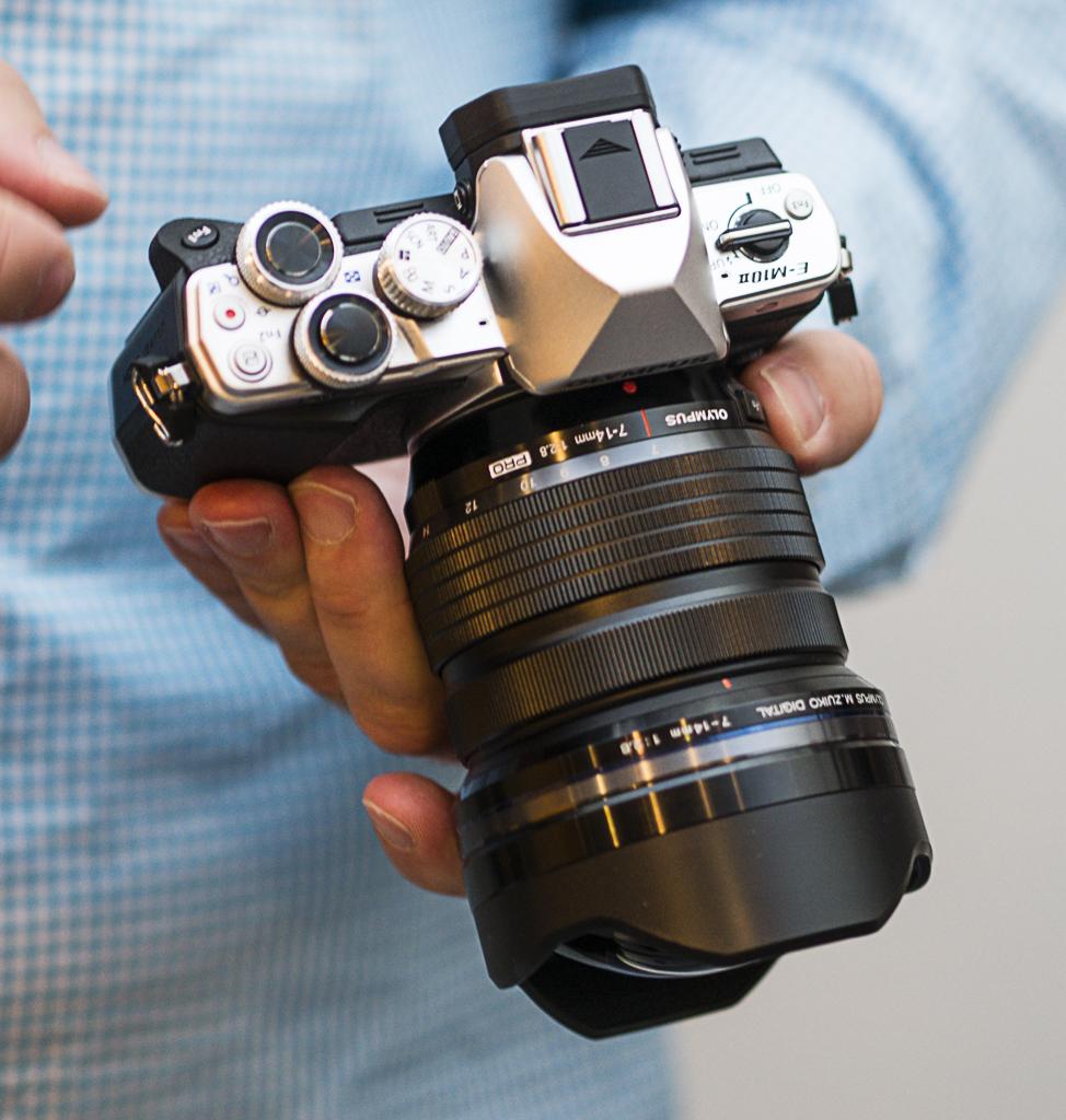De store og gripevennlige rattene og kontrollene på oversiden av kameraet gir god betjening selv om kameraet er kompakt. (Foto: Toralf Sandåker)