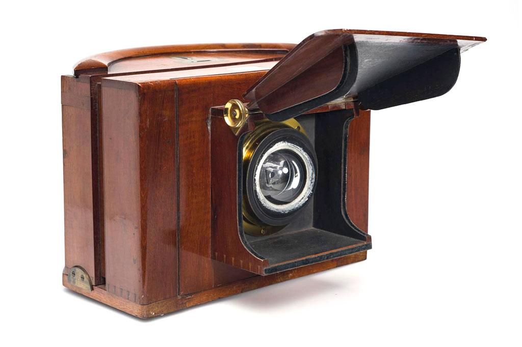 Thomas Ross, London (prod.), Thomas Suttons vannlinsekamera, 1861. Buede våtplater 5x10½ tommer. Tilhører Preus museums samling.