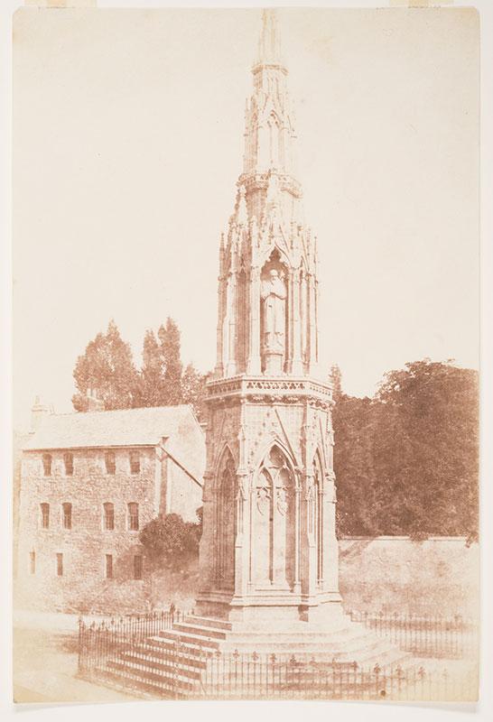 Her kommer vi til det som faktisk er martyrminnesmerket i Oxford. Henry Fox Talbot, The Martyr's Memorial, saltpapir, ca 1845. Tilhører Preus museums samling.