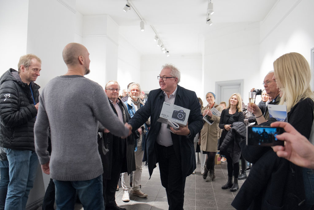 Sammenlagtvinner Kenneth Enstad mottar premien av Canons Anton Strand Foto: Christine Tolpinrud