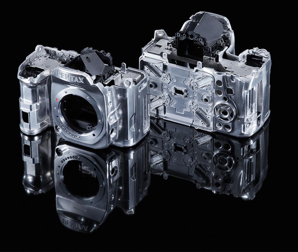 Pentax K-1 er ingen lettvekter, men bygget i solid lettmetall med stor vekt på materiale som tåler bruk.