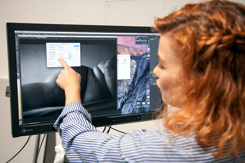 Hannah Narvhus fra Canon klargjør filene som skal printes til årets Portfoliopris-utstilling. Foto: Pål Otnes.